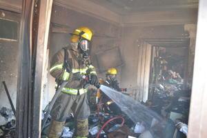 Los bomberos ingresaron a la finca para apagar el fuego.