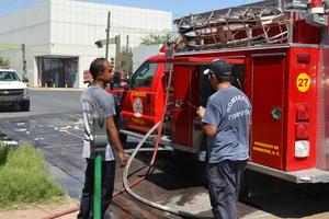 Hubo necesidad que acudiera también el tráiler pipa de los bomberos para abastecer de agua a la máquina extintora y con el trabajo de diez bomberos que se turnaban para combatir las llamas que destruyeron todas las cajas con papelería.