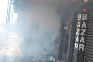 El fuego se propagó hacia un local aledaño, marcado con el número 971-A.