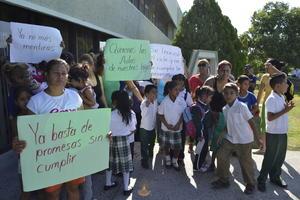 También madres de familia protestaron en la Subsecretaría de Educación en Gómez Palacio, pero para pedir la construcción de un aula y más maestros.