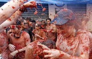 En 1957 se permitió la Tomatina y se instauró la fiesta de forma oficial, y desde 1980 es el Ayuntamiento de Buñol el que organiza y promociona esta curiosa batalla que les ha hecho mundialmente conocidos.