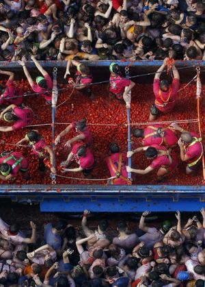 Los jóvenes pagaron 10 euros para acceder a las calles donde seis camiones lanzaron los tomates.