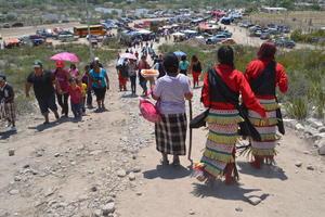 Desde tempranas horas inició una procesión para llegar a donde se encuentra el Cristo.