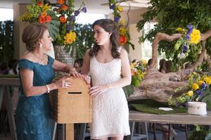 Con su suegra, Marisa Rocha de Zavala, organizadora de la despedida