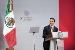 """Al iniciar su mensaje en el Palacio Nacional, el mandatario dijo que """"el último año ha sido difícil para México"""" ya que se ha visto lastimado por casos """"profundamente lamentables"""" como la desaparición de estudiantes en Iguala y la fuga del """"Chapo"""" Guzmán."""