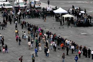A las afueras del Palacio Nacional, medios de comunicación aguardaron la llegada de los invitados.