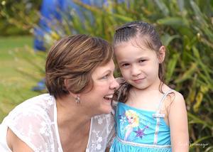 Gaby Garza de García con su pequeña nieta
