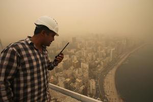 La masa de arena se ha extendido a otras regiones del Líbano y afecta también a la capital, Beirut, donde la visibilidad es muy reducida.