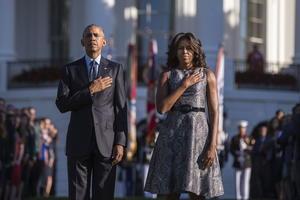 Obama y su esposa, Michelle, realizaron una breve ceremonia conmemorativa en los jardines de la Casa Blanca.