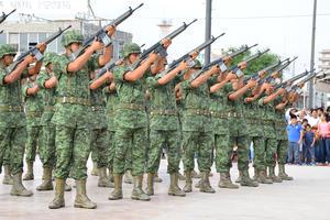 Para finalizar un grupo de militares ofreció un disparo de salva de fusilería por los Niños Héroes.