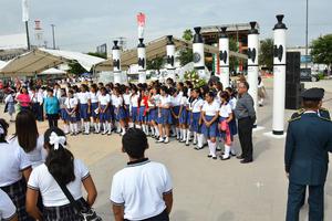 Estudiantes de diferentes escuelas acudieron a la ceremonia.