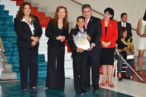El niño Alejandro Bollinger Ortiz recibió el Trofeo Niños Héroes de Chapultepec.