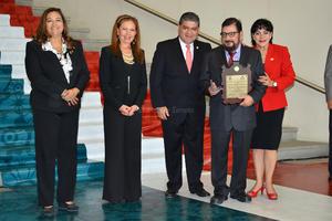 Por su destacada labor, trayectoria, Gerardo Moscoso Caamaño, fue reconocido con la  Medalla Magdalena Mondragón.