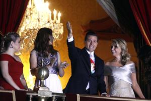 En punto de las 23:00 horas, junto con su esposa, Peña Nieto salió al balcón de Palacio Nacional para lanzar la arenga ante los asistentes.