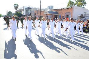 El desfile fue sobre la calle Matamoros y pasaba por la plancha de la Plaza Mayor.