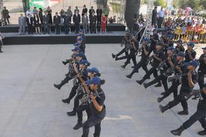 Los policias municipales saludaron a las autoridades.