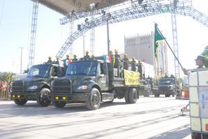Lo camiones del Ejército Mexicano a su paso por la explanada.
