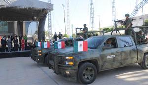 Autoridades de los tres niveles de gobierno desfilaron frente al alcalde.