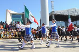Los torreonenses disfrutaron del desfile oficial del 16 de septiembre.