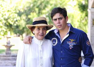 Elena Moreno de Webb con su nieto Jorge