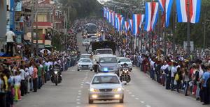 Francisco recorrió las calles de La Habana en su papamóvil.