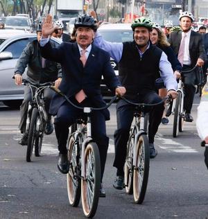 Emilio Gamboa llegó al Senado en bicicleta y compartió las imágenes en su cuenta de Twitter.