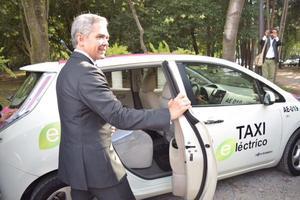 El jefe de Gobierno del Distrito Federal, Miguel Ángel Mancera utilizó un taxi eléctrico para dirigirse al foro rumbo a la transformación urbana.
