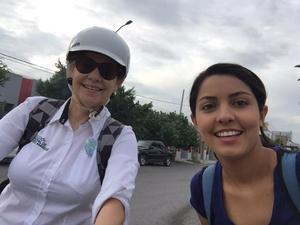 Susana Estens, titular de la Dirección de Medio Ambiente, su puso su casco y fue a trabajar en bicicleta.