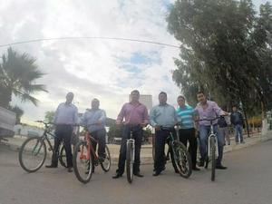 El alcalde de Gómez Palacio, José Miguel Campillo, se trasladó a su trabajo en bicicleta.