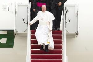 Alrededor de las 16:00 horas locales, el avión papal aterrizó en la Base de la Fuerza Aérea Andrews.