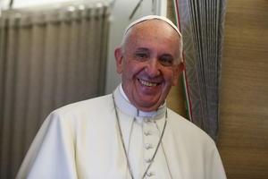 El pontífice partió de Cuba y a bordo del avión papal comentó que espera un acuerdo entre este país y EU para terminar con los bloqueos aún existentes.
