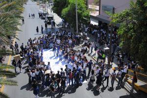 Estudiantes de la Preparatoria Venustiano Carranza bloquearon el bulevar Revolución.