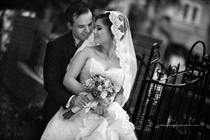 20092015 Laura Ivett y Ricardo Rodrigo en una foto de estudio el día de su boda.- Laura Grageda Estudio