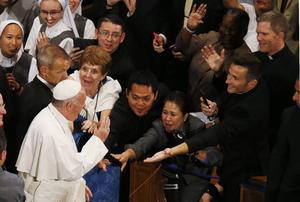 Francisco se detuvo a saludar brevemente a los presentes.
