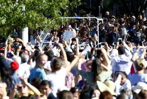 El pontífice fue aclamado por miles en su trayecto.