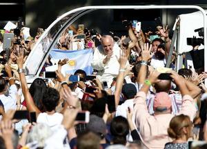 Francisco llegó a la sede de la ceremonia tras un recorrido en su papamóvil.