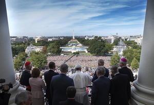 También aprovechó para saludar desde el balcón del Congreso a la multitud que se había reunido para presenciar su discurso.