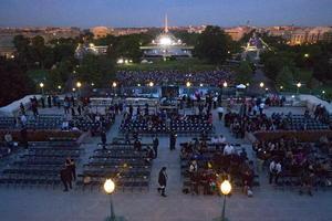 Desde tempranas horas, una multitud esperaba para coger un buen sitio ante el Capitolio.