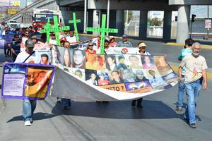 """Estudiantes y activistas marcharon en La Laguna en protesta por la desaparición de 43 estudiantes de la normal rural """"Isidro Burgos"""" de Ayotzinapa."""