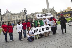 El colectivo peruano estaba integrado por unas dos decenas de personas que portaban camisetas con los colores de las banderas de México y Perú.