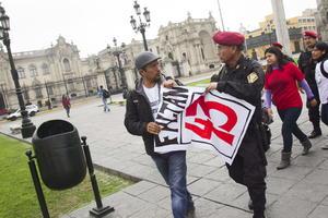 Las autoridades peruanas trataron de reprimir a los manifestantes en favor de los 43.