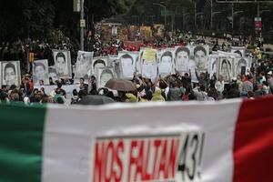 El pasado 26 de septiembre de 2014, siete personas murieron a manos de la policía en un tiroteo contra cuatro camiones en la ciudad de Iguala, y durante la noche de ese mismo día y la madrugada de 27 de septiembre los 43 normalistas desaparecieron.