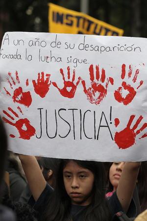 Tras su desaparición, los padres de los normalistas realizaron una caravana internacional en reclamo de apoyo para conseguir que se esclarezca el caso.