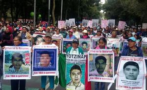 En diversas ciudades del mundo, los mexicanos salieron a las calles para expresar su solidaridad y apoyo por el caso de los 43 estudiantes de la escuela Normal Rural de Ayotzinapa a un año de su desaparición en Iguala, Guerrero.
