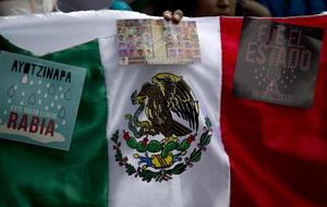 En Madrid, España, en la Embajada de México en ese país un grupo de ciudadanos se congregaron para conmemorar y reclamar justicia por los hechos ocurridos en Iguala la noche del 26 y madrugada del 27 de septiembre del año pasado.