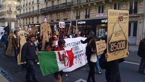 En París, Francia, cerca de un centenar de personas salieron a las calles con pancartas, máscaras y fotografías de los estudiantes de la normal rural de Ayotzinapa.