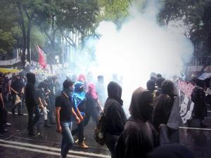Frente a las instalaciones del Senado de la República, integrantes de los autodenominados anarquistas lanzaron cohetes, botellas y piedras.