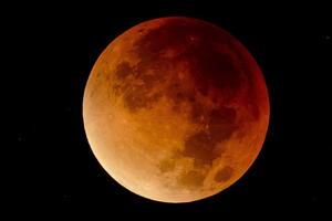 """La cuarta """"luna de sangre"""" de una serie de cuatro eclipses totales de Luna llamados 'tétradas', se pudo observar en el continente Americano, Europa, África, y en algunas partes de Asia."""