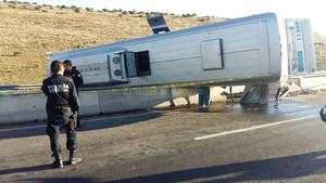Al lugar también arribaron elementos de la Secretaría de Seguridad Pública del estado y la Unidad Estatal de Protección Civil, quienes corroboraron que el conductor del autobús se dio a la fuga.
