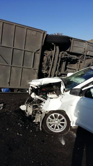 Un camión de pasajeros de la marca Volvo, línea Anáhuac, proveniente de Piedras Negras, Coahuila se impactó contra el muro de contención, para posteriormente un vehículo blanco, marca Mitsubishi de la línea Lancer, se estrellara contra éste.
